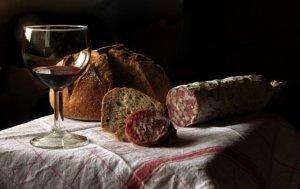 Víno a pochutiny se hodí jako dárek pro hostitelskou rodinu